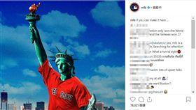 自由女神穿上紅襪球衣。(圖/翻攝自MLB IG)