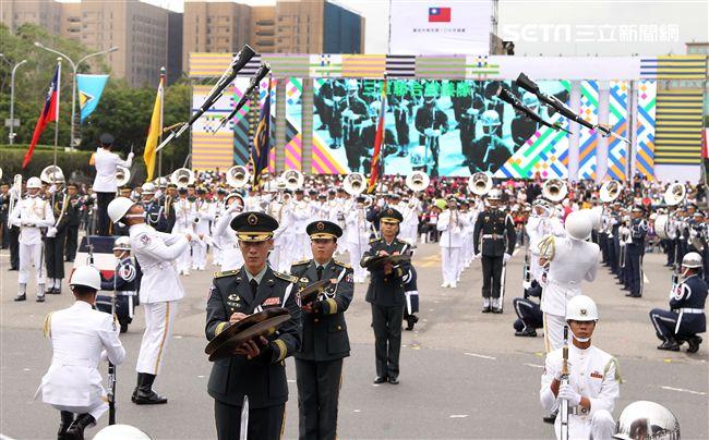 中華民國中樞暨各界慶祝107年國慶大會,三軍樂儀隊表演高難度操槍。(記者邱榮吉/攝影)