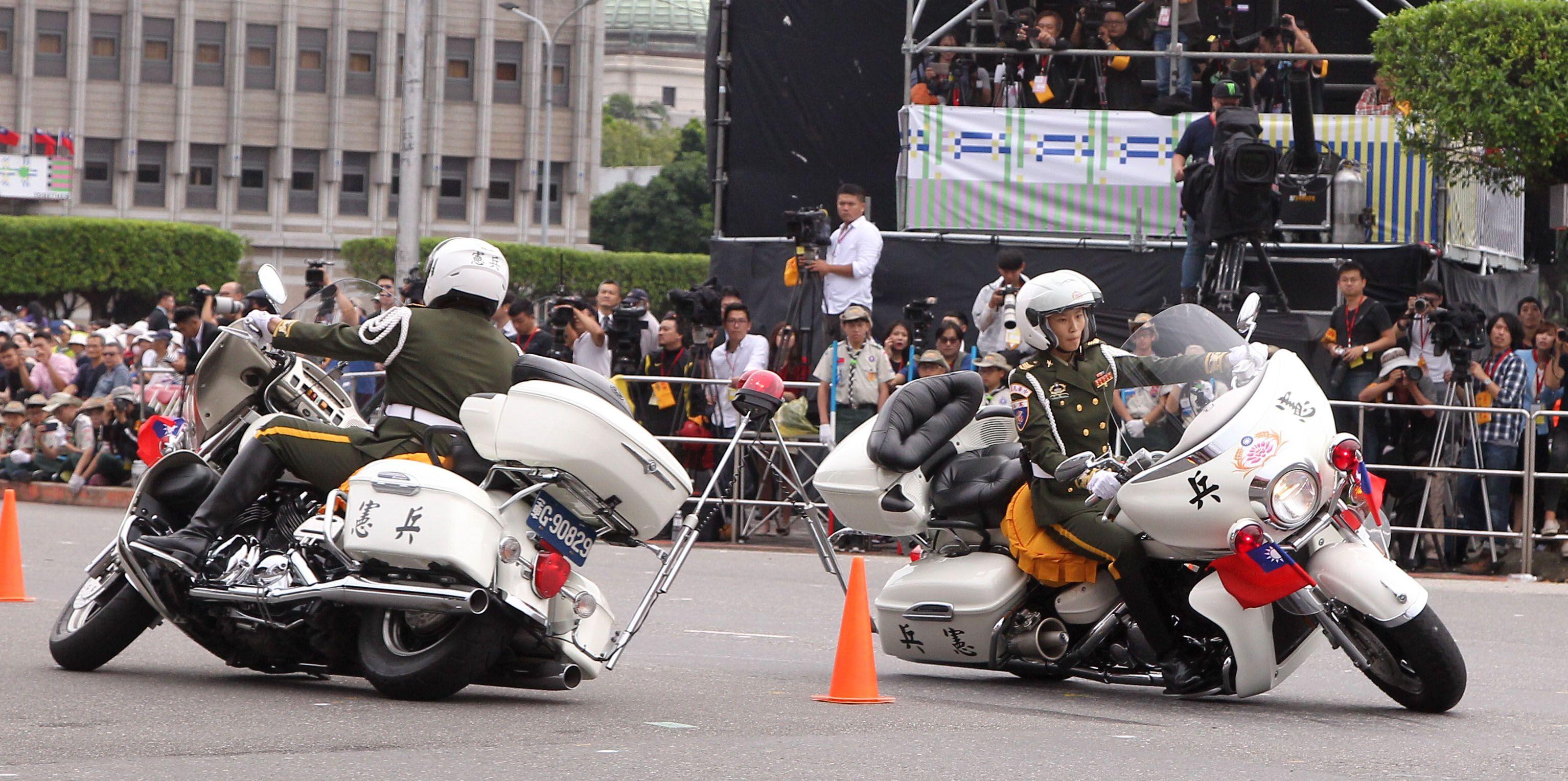 中華民國中樞暨各界慶祝107年國慶大會,憲兵快速反應連花式機車表演。(記者邱榮吉/攝影)