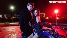 與MV女主角在機車磨蹭,陳零九:「我把持得住,也有先(跟女友)報備了。」(圖/滾石唱片)