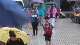 康芮颱風外圍環流影響 北部飄雨(1)今年第25號颱風康芮外圍環流影響台灣,中央氣象局4日下午發布大雨特報,北台灣5縣市有大雨,提醒民眾留意。台北飄下細雨,有民眾索性淋雨不撐傘。中央社記者吳家昇攝 107年10月4日