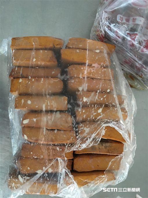 台中市食藥安全處稽查人員前往「小外省麵食館」。(圖/台中市食藥安全處提供)