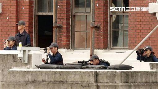國慶大會維安滴水不漏,狙擊手就位。/記者邱榮吉攝影