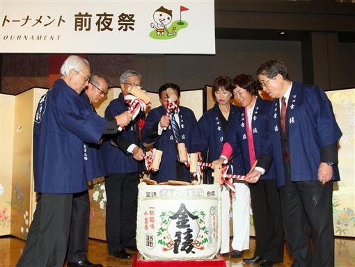 日台交流香川縣女子高球賽前夜祭,TLPGA理事長鄭美琦(右2)和JLPGA會理事長小林浩美(右3)與贊助廠商一起破鏡祝賀比賽圓滿成功。(圖/TLPGA提供)