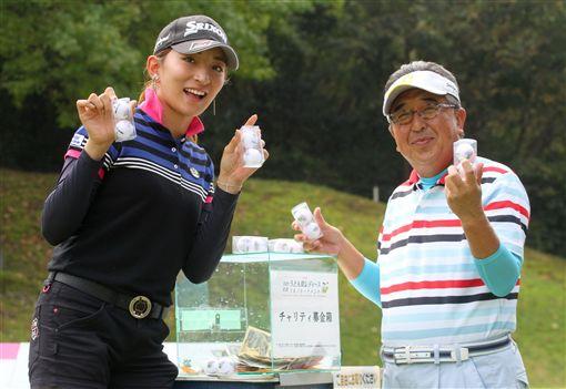 脇元華(左)響應慈善捐款活動。(TLPGA提供)