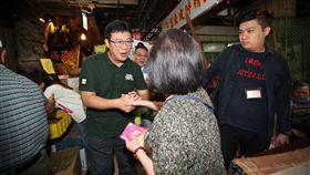 ▲民進黨台北市長候選人姚文智走訪基層,爭取支持者的認同。(圖/姚文智辦公室提供)