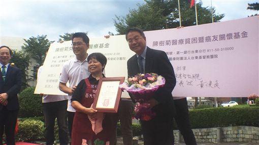 台東國慶升旗 陳樹菊捐逾千萬元保單助偏鄉醫療