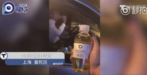 喝滴滴專車瓶裝水秒吐…竟是司機的尿 男狂吐:飯也吃不下(圖/翻攝自觸電新聞)