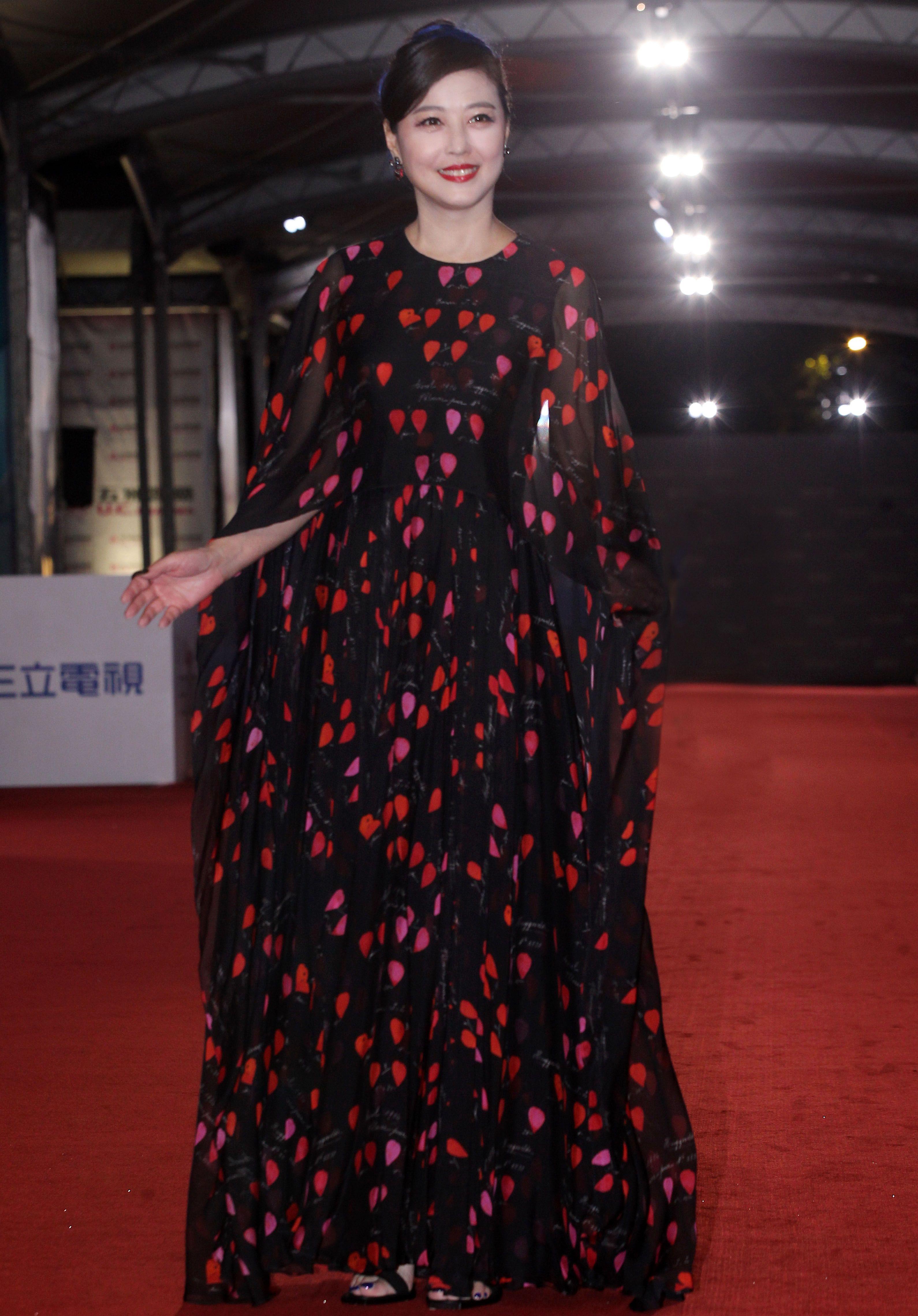 周海媚一襲雪紡愛心黑色洋裝,優雅氣質依舊,一直被稱為「凍齡女神」的她,也分享了自己的保養祕訣,竟是靠「睡覺」。(記者邱榮吉/攝影)