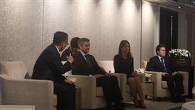 ▲在台灣擁有超高人氣的我國友邦巴拉圭總統阿布鐸(Mario Abdo Benitez,左2)和台灣媒體進行茶敘。(圖/記者林仕祥攝)