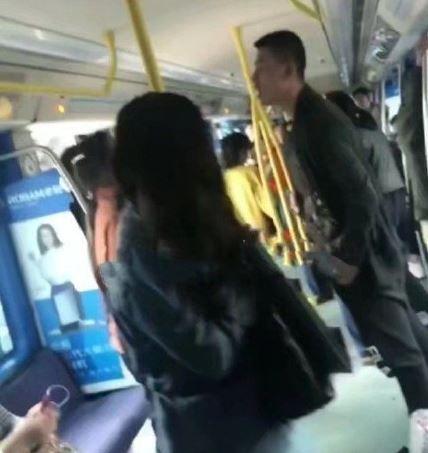 老公讓座給女人,被老婆暴打血濺車廂。(圖/翻攝自微博)