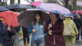 冷氣團報到 北台灣低溫13度(1)中央氣象局表示,7日受到大陸冷氣團影響,中部以北天氣濕冷,午後雨勢趨緩,入夜到8日清晨低溫下探攝氏13度。中央社記者裴禛攝 107年4月7日