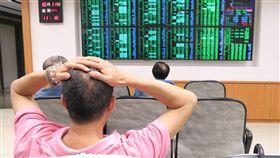 台股盤中大跌逾660點(1)美股道瓊工業指數大跌831.83點,台股近一年5個月的萬點行情,在11日盤中跌破,一度大跌逾660點。中央社記者謝佳璋攝  107年10月11日