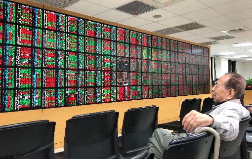 電子權值股領漲  台股反彈雖然美股依舊出現545點的大跌,但亞股12日普遍跌幅收斂,台股則因短線超跌,在電子權值股帶領下漲勢擴大,人氣指標被動元件、矽晶圓也有買盤進駐。中央社記者吳家昇攝  107年10月12日