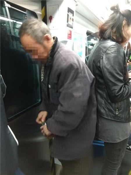 地鐵上尿急 大叔拿寶特瓶接尿!旁人嚇傻:到底在想什麼?圖/翻攝自陸媒法制晚報