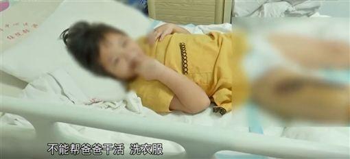 被眼鏡蛇咬傷卻瞞家人 6歲女毒發:想幫爸爸省醫藥費(圖/翻攝自騰訊視頻)