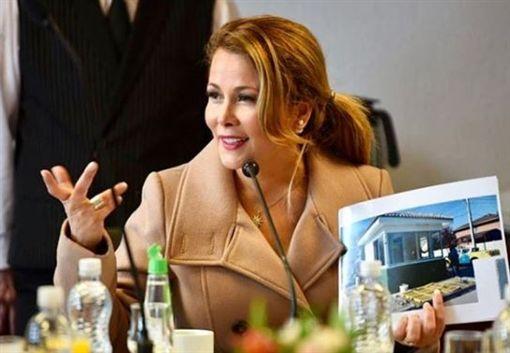 智利女市長Cathy Barriga性感熱舞,遭控公器私用罰扣薪。(圖/翻攝自Cathy Barriga IG)