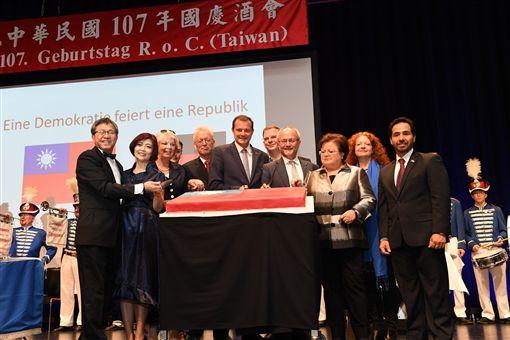 謝大使夫婦與出席酒會政要合切慶祝中華民國國慶生日蛋糕,駐德台北代表處