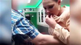 女子和友人發生口角後,突然咬下對方耳朵。(圖/翻攝自YouTube)
