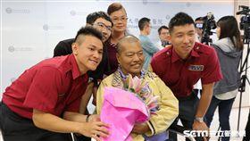 患者張先生獻花向南投縣消防局及醫療團隊致謝。(圖/亞大醫院提供)