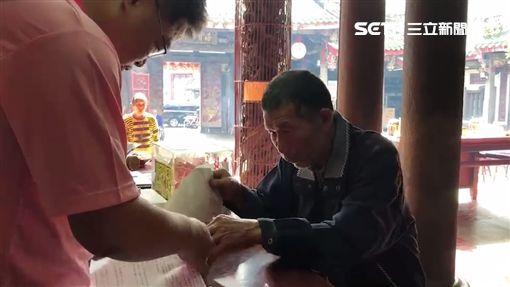 彰化7旬碩士阿伯申請南瑤宮獎學金/記者許書維攝