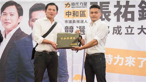 黃國昌送張祐銓繡有「中和黃國昌」的書包 圖/時代力量提供