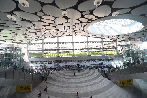 高雄車站新站亮眼高雄車站新站設計以下沉式廣場建築為構想,上方天花板有類似雲朵亮板,寬敞空間十分亮眼。中央社記者程啟峰高雄攝 107年10月13日