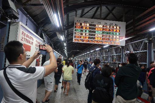 高雄車站臨時站再會啦配合高雄鐵路地下化,台鐵在13日晚上切換軌道,14日起地下化行駛。13日晚上有數百名鐵道迷到高雄車站臨時站做最後巡禮,拍照記錄這歷史時刻。中央社記者王淑芬攝  107年10月13日
