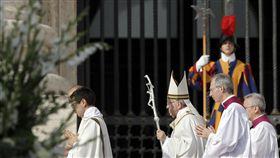 教宗方濟各(Pope Francis)撇除大主教科克斯(Francisco Jose Cox Huneeus)和大主教奧德內斯(Marco Antonio Ordenes Fernandez)聖職,以設法解決天主教會全球性侵醜聞。(圖/美聯社/達志影像)