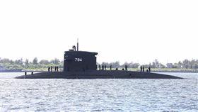 國軍海虎潛艦服役30年 被列高齡潛艦目前國軍並無國造潛艦,總統蔡英文上任後大力推動潛艦國造,圖為停泊於左營軍港中的SS-794海虎潛艦,於民國77年服役迄今,已被列為「高齡潛艦」。中央社記者游凱翔攝 107年10月6日