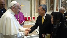 副總統陳建仁伉儷由教廷禮官引導向教宗方濟各(Pope Francis)致意。(圖/總統府提供)