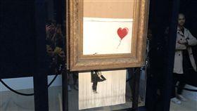 在垃圾桶裡的愛開放觀賞英國知名塗鴉藝術家班克西(Banksy)的畫作「氣球女孩」自毀後改名「在垃圾桶裡的愛」,13、14日開放大眾觀賞。中央社記者戴雅真倫敦攝  107年10月15日