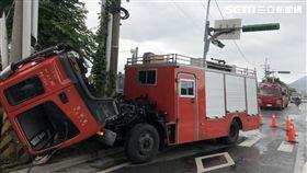 台北市消防局光明分隊李小隊長,因水箱車車頭突然升起,導致人撞破擋風玻璃後墜地亡(楊忠翰攝)