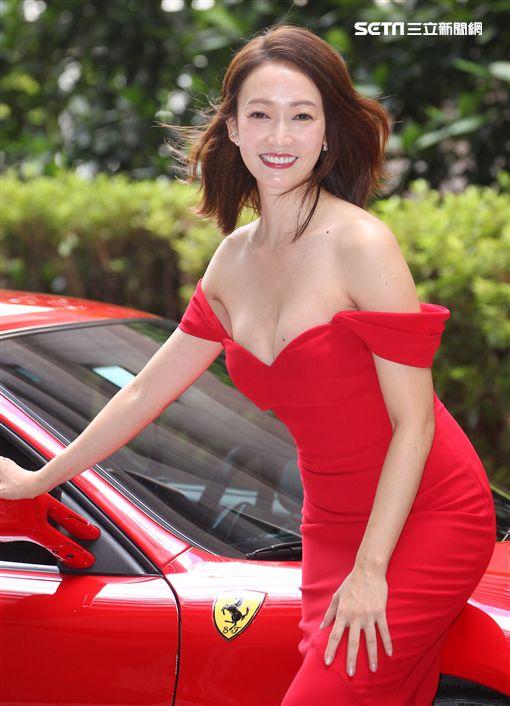 潘慧如性感火紅低胸爆乳洋裝千萬法拉利出場。(記者邱榮吉/攝影)