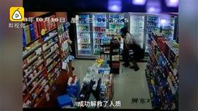嫌犯賭輸錢挾持女店員搶超市,喝水瞬間遭狙擊斃命。(圖/翻攝梨視頻)
