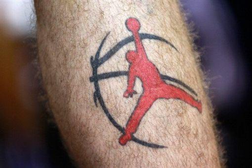 球哥遮刺青避罰 聯盟商標人還有他們商標刺青,J.R. Smith,Lonzo Ball,六人行翻攝自推特