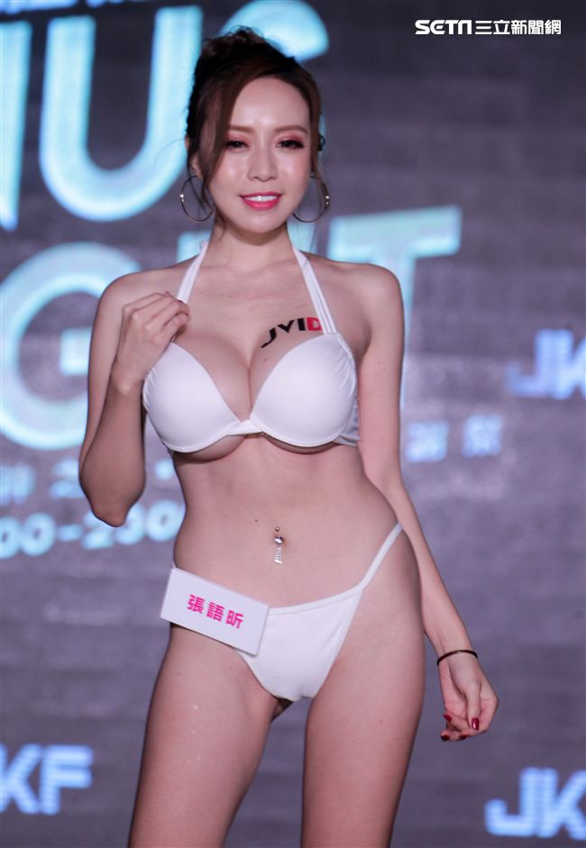 性感JKF女郎張語昕擁34F豪乳在網路以尺度大聞名。(記者邱榮吉/攝影)