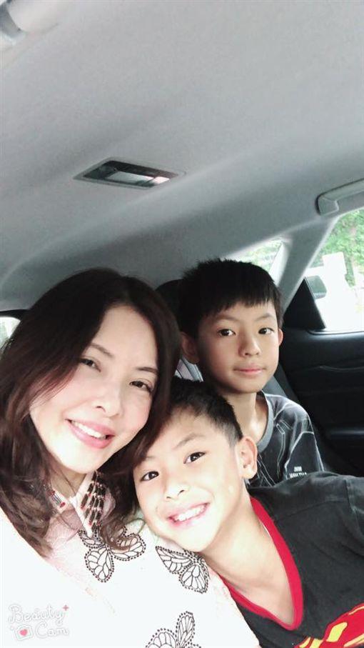 香港女星何如芸跟兩個兒子。(翻攝臉書)