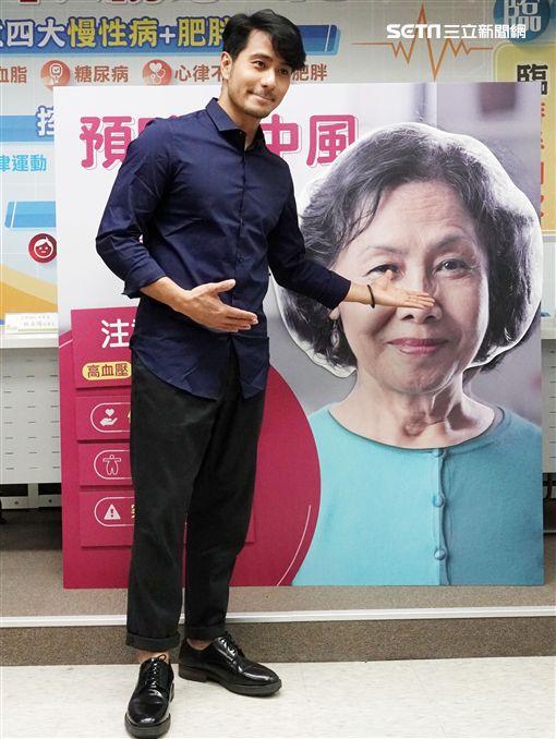 郭彥甫3年來專心畫畫,作品將在羅浮宮展出。(記者邱榮吉/攝影)