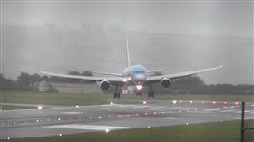 波音757降落遇40節強側風,機師完美示範「蟹形降落」。(圖/翻攝自Mraviationguy YouTube)