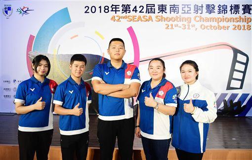 林穎欣(左起)、呂紹全、楊昆弼、林怡君、田家臻等人誓言將冠軍留在台灣。(圖/中華射擊協會提供)