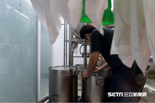 老闆老張每日從8點,便在豆工坊開始製豆腐。