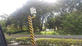 新竹科學園區驚見這支「姿勢詭異」的測速照相桿。(圖/翻攝邱振瑋臉書)