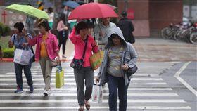 康芮颱風外圍環流影響 北部飄雨(2)中央氣象局表示,今年第25號颱風康芮4日到5日清晨最接近台灣,外圍環流會為台灣帶來降雨,沿海各地也有強陣風。台北街頭降下毛毛雨,民眾乾脆不撐傘以外套擋雨。中央社記者吳家昇攝 107年10月4日