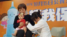 流感疫情在低點但已17人重症  快打疫苗衛福部疾管署疫情中心主任劉定萍16日在疫情週報表示,流感疫情仍在低點,但從10月至今已有17例流感併發重症病例,感染型別以H3N2為多。提醒民眾應盡快施打流感疫苗。中央社記者陳偉婷攝  107年10月16日