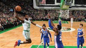 爆扣!恩比德慘成「杰倫」海報背景 NBA,波士頓塞爾提克,Jaylen Brown,杰倫,Joel Embiid 翻攝自推特