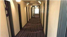 飯店「3D立體」地毯超吸睛 網友凍未條:快吐啦! 圖/翻攝爆廢公社