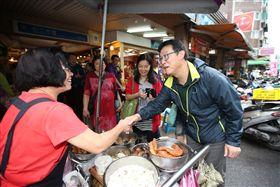 ▲民進黨台北市長候選人姚文智走訪基層。(圖/姚文智辦公室提供)