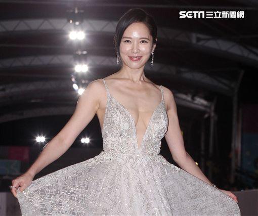 「韓國媳婦」天心穿銀白色禮服,大露美胸,一出場傲人上圍呼之欲出,女神氣場全開,雖然不搶獎,但在紅毯也完全不能輸。(記者邱榮吉/攝影)