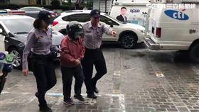 陳姓老婦殺害丈夫後向管理員自白,警方獲報趕抵現場將她逮捕(楊忠翰攝)